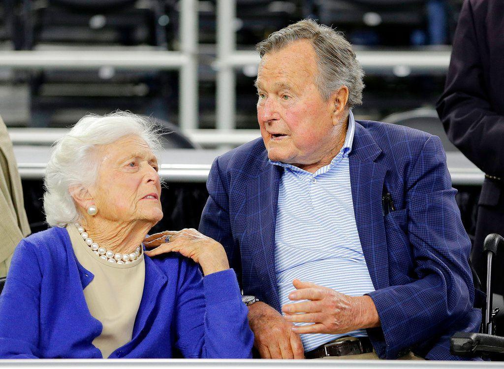 El ex presidente George H.W. Bush y su esposa Barbara Bush en un evento en Houston el 29 de marzo del 2015. (AP Photo/David J. Phillip, File)