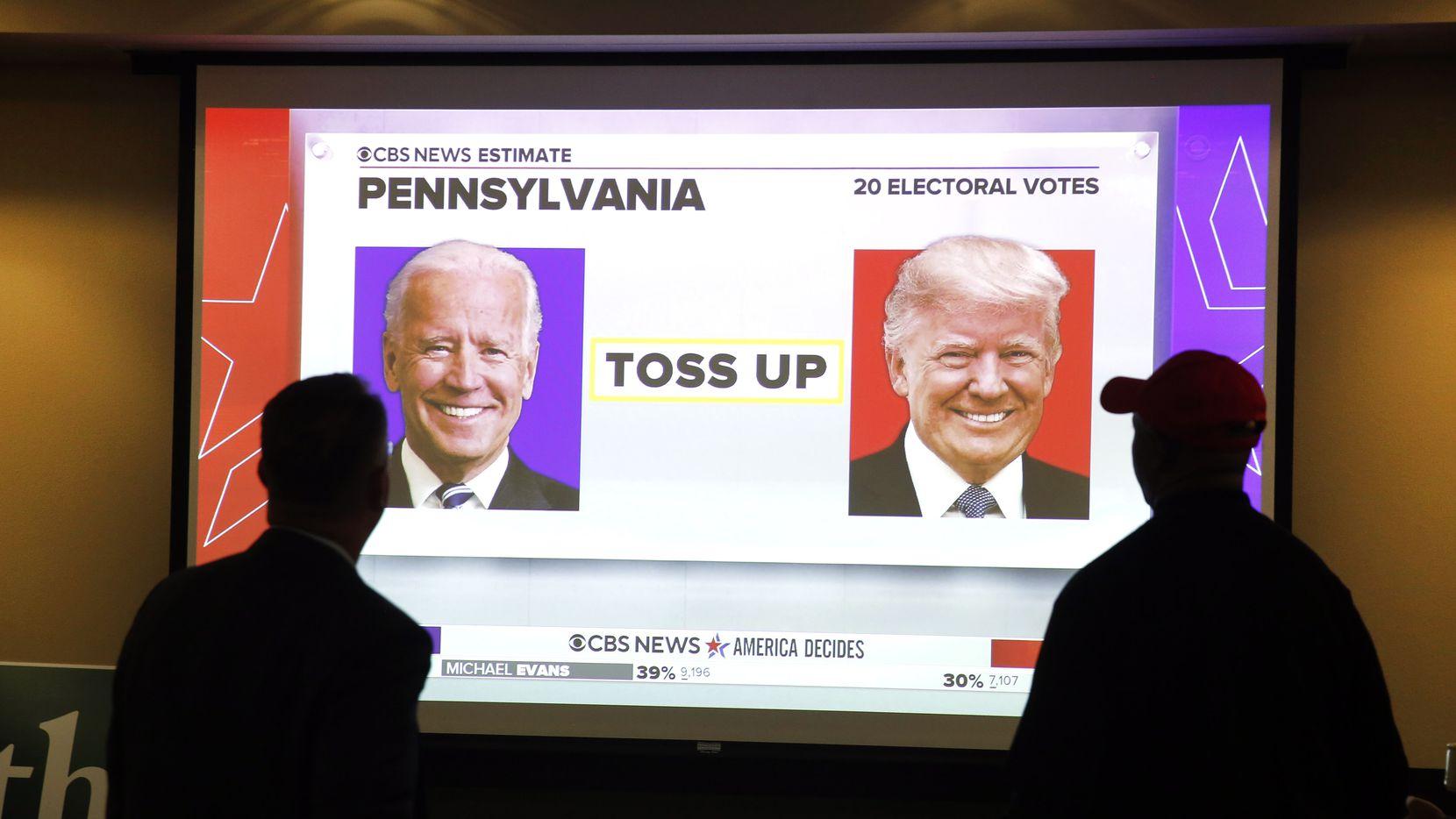 Seguidores del presidente Donald Trump miran el monitor de una televisión para conocer los resultados en una fiesta convocada por republicanos el martes 3 de noviembre de 2020 en el Hurst Conference Center en Hurst, Texas.