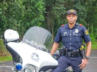 El policía Johnny Walker se recuperó de covid-19, pero ya está de regreso con la policía de Dallas.