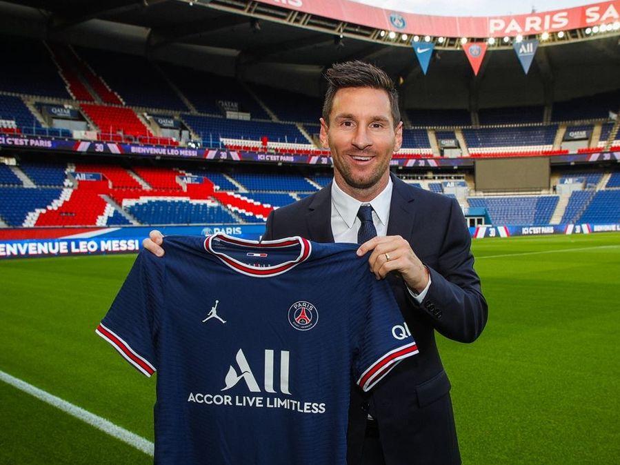 Lionel Messi con la camiseta de su nuevo equipo, el Paris Saint-Germain. El astro argentino portará el número 30 en los dorsales.
