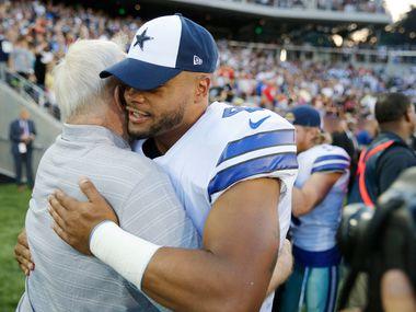 El mariscal de los Dallas Cowboys, Dak Prescott, abraza al dueño del equipo Jerry Jones, antes de un partido de pretemporada el 3 de agosto de 2019.