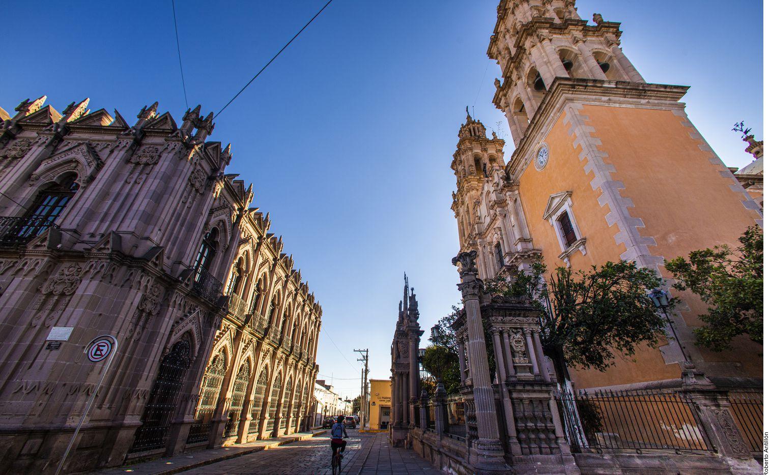 Dentro del centro histórico de Jerez, Zacatecas, destacan dos edificaciones: la Parroquia de Nuestra Señora de la Soledad y el Teatro Hinojosa, un recinto que evoca a una réplica del Teatro Ford de Washington DC.