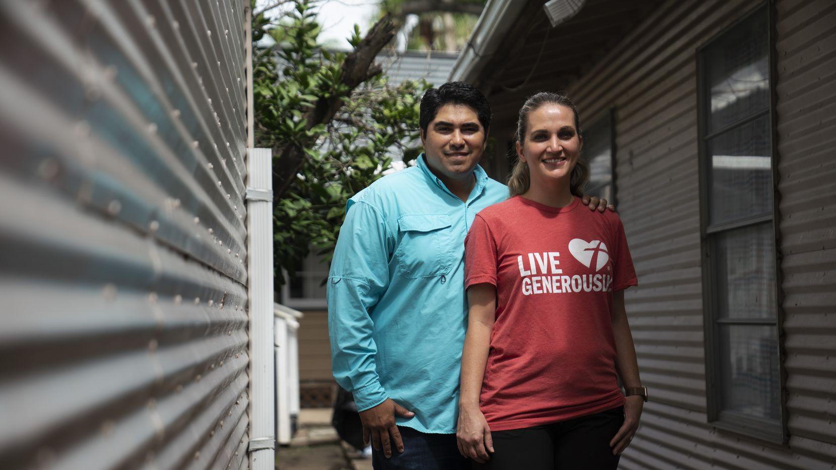 Roland González (izq.) y su esposa Megan González, directores de la Border Missions Inc., que reparte comida en Reynosa, Tamaulipas, México.