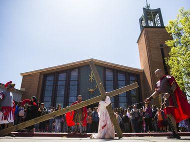 Una recreación del viacrucis en la iglesia Santa Mónica en Dallas hace dos años. El ritual se retomará este año pero con medidas de distancia social.