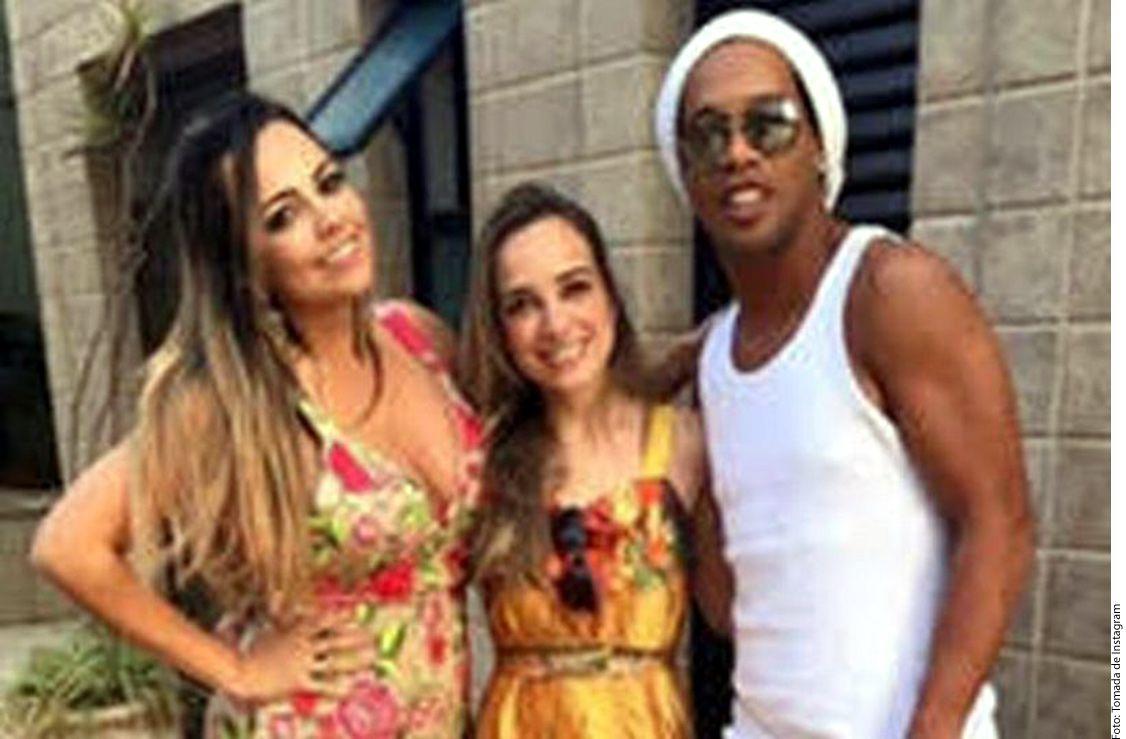 El ex futbolista Ronaldinho (der.) sale con dos mujeres desde hace varios años y ellas no parecen oponerse./ AGENCIA REFORMA