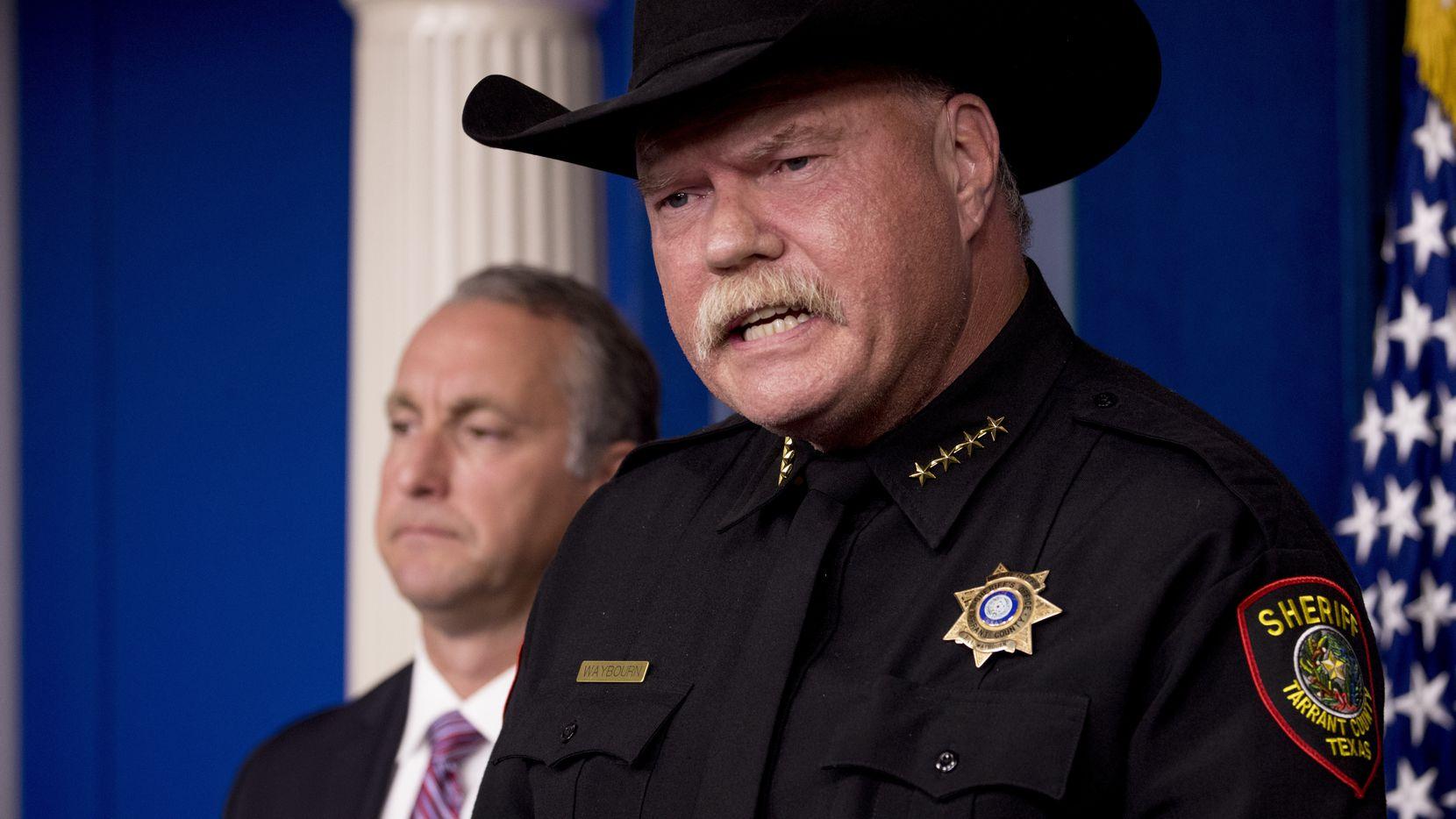 """El sheriff de Tarrant Bill Waybourn dijo que los indocumentados son """"borrachos que atropellarán a tus niños y a mis niños"""", durante una rueda de prensa en la Casa Blanca."""
