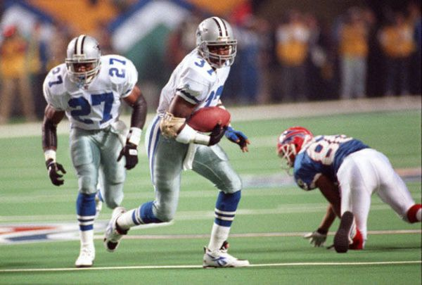 Cowboys safety James Washington runs for a touchdown in front of defensive back Thomas Everett in the third quarter after recovering a Thurman Thomas fumble.