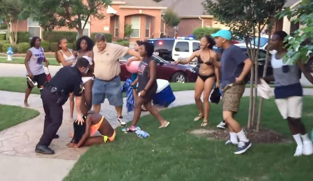 El policía Eric Casebolt está siendo demandado por más personas que se consideran afectadas por los sucesos de junio del 2015 cuando una joven fue lanzada contra el piso por el agente de McKinney. (YOUTUBE/CAPTURA DE IMAGEN)
