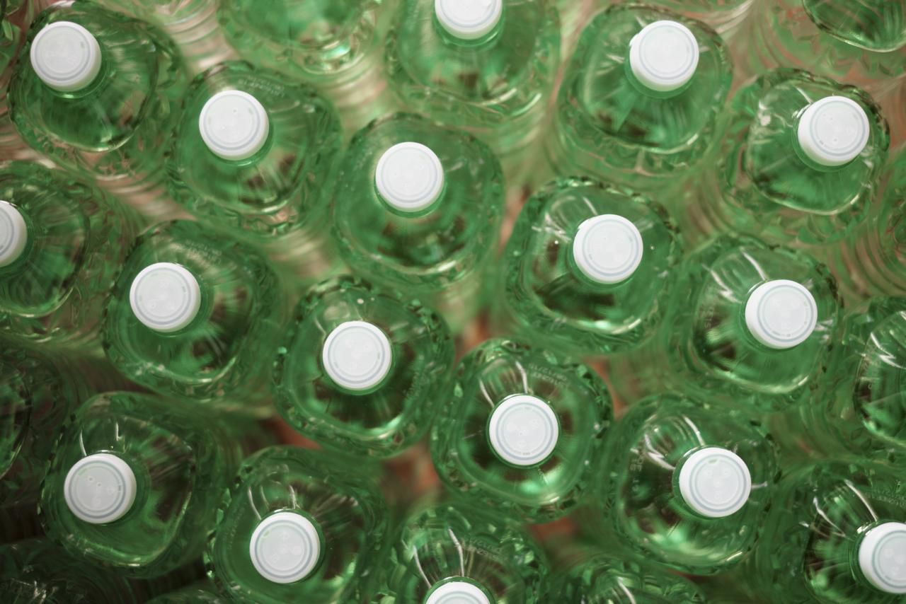 En un tribunal estatal, los abogados de la embotelladora, Affinitylifestyler.com Inc., y el presidente de la compañía, Brent Jones, admitieron que la Administración de Alimentos y Medicamentos (FDA por sus siglas en inglés) abrió una investigación, pero no que su agua Real Water causara enfermedades. Foto de archivo.