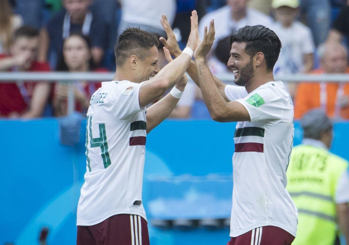Javier 'Chicharito' Hernández (izq) y Carlos Vela compartieron la cancha en el Mundial de Rusia 2018.