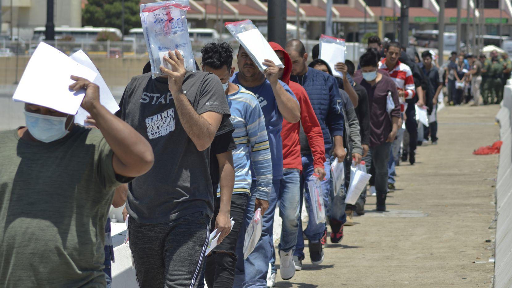 Fila de personas que son regresados a México luego de haber intentado pedir asilo migratorio en Laredo, en la frontera entre Texas y Mexico.