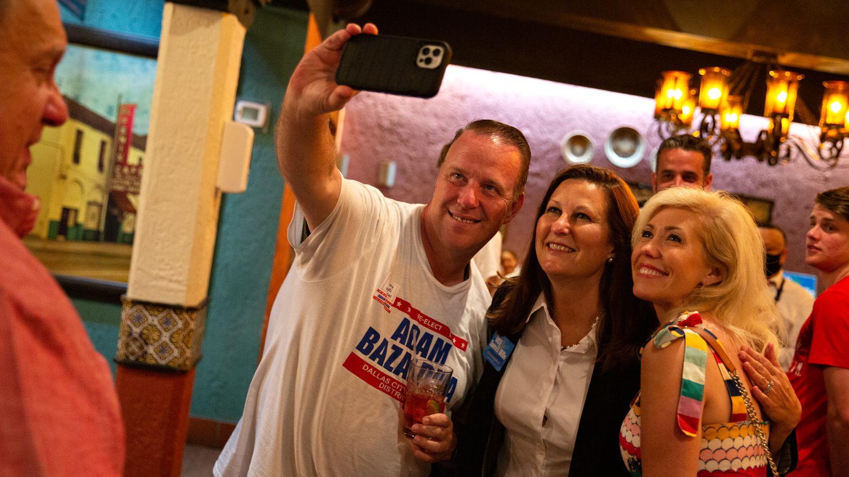 Gay Donnell Willis (centro) se toma un selfie con simpatizantes durante una fiesta para ver los resultados electorales el sábado en el restaurante El Fénix.