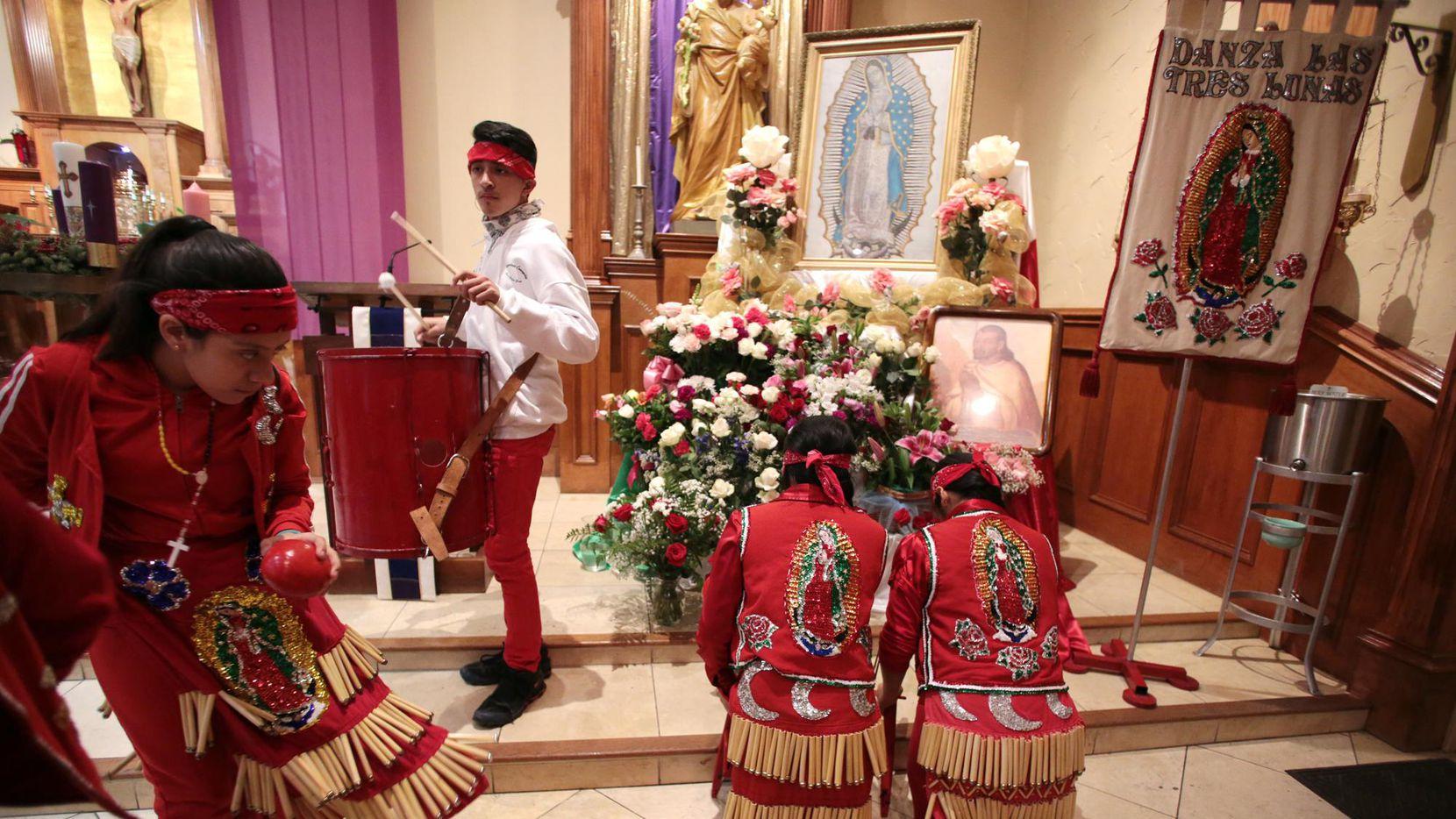 El conjunto de matachines Danza las Tres Lunes participaron de uno de los festejos previos al Día de la Virgen de Guadalupe, el lunes.  MARIA OLIVAS/DMN