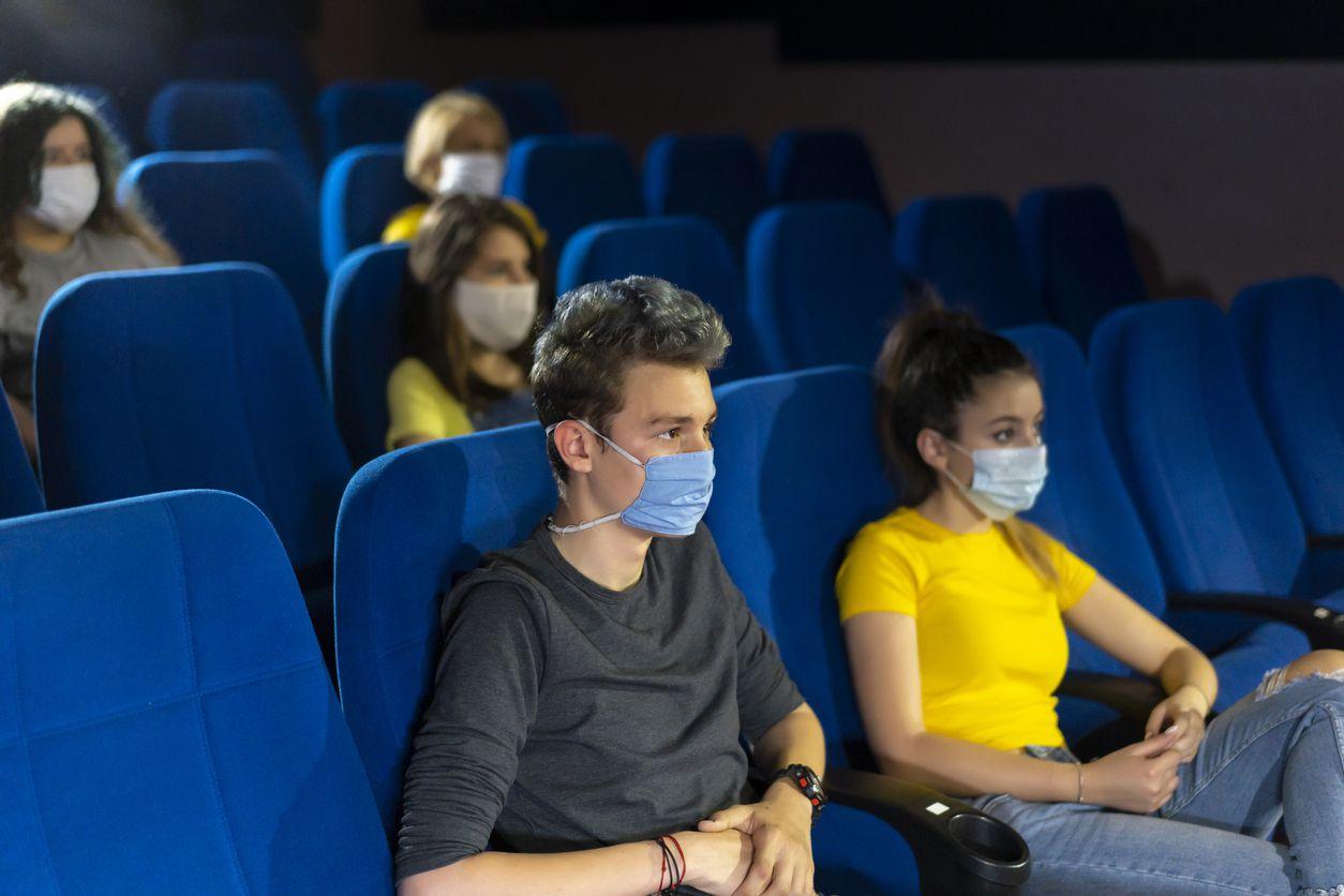 Un grupo de personas asisten a una función de cine.