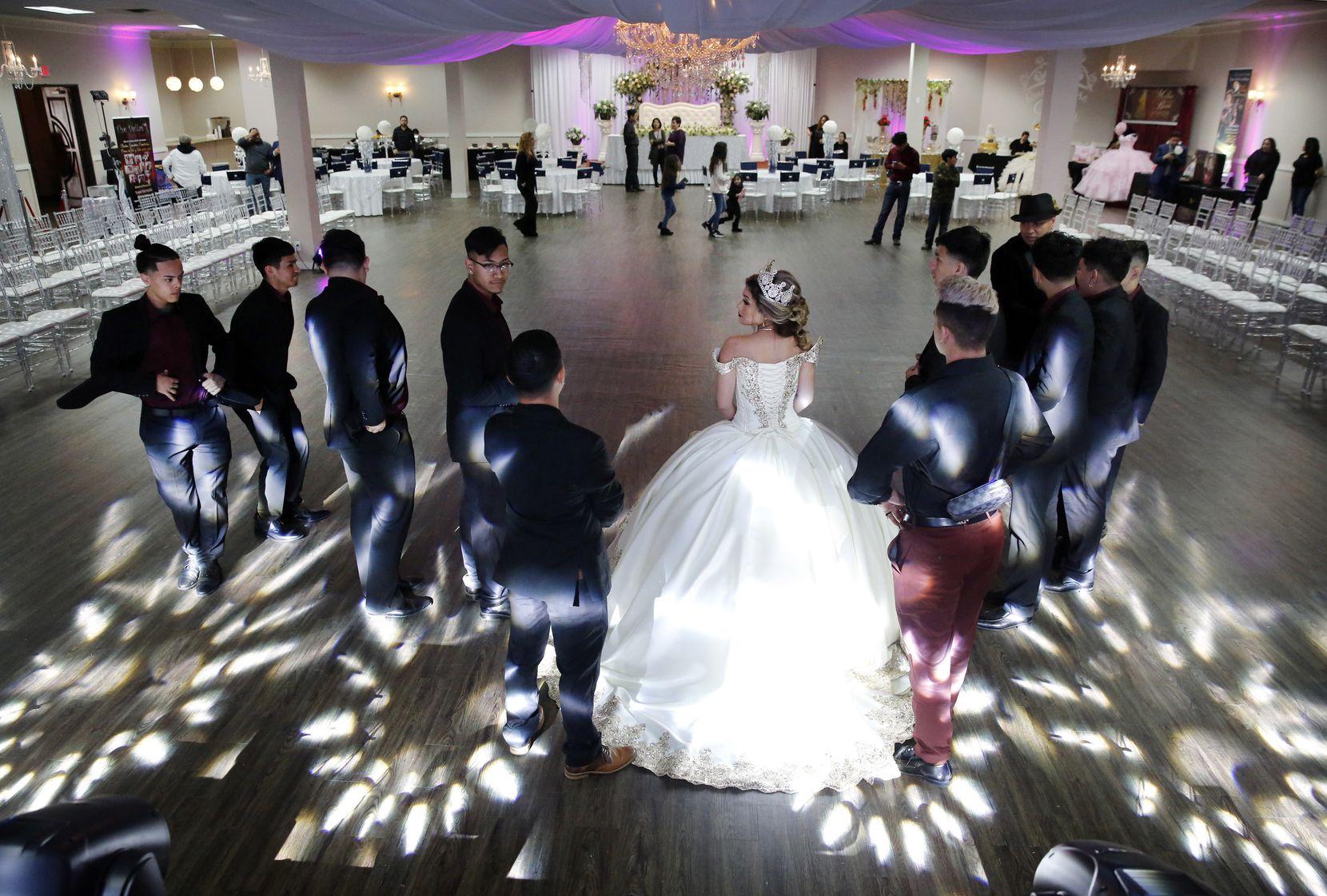 Una quinceañera y varios cadetes bailan durante Las Lomas Quinceañera & Wedding Expo del domingo 15 de marzo en Irving.