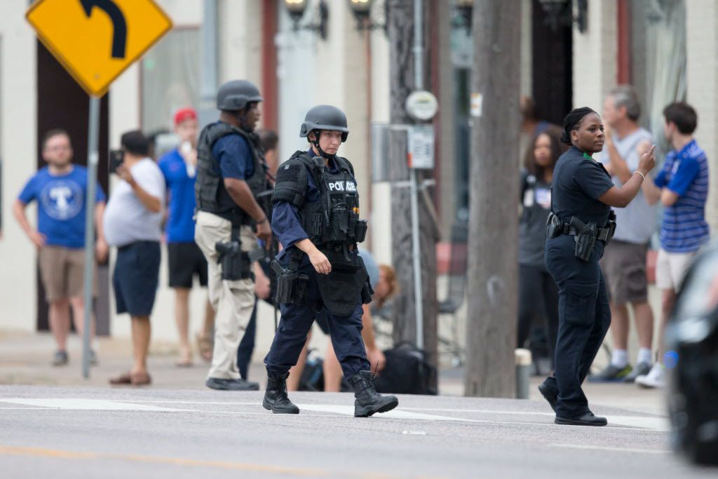 Dallas police officers respond to a report of a threat at the Dallas Police Headquarters on July 9, 2016 in Dallas. (Ting Shen/The Dallas Morning News)