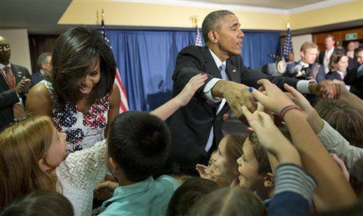El presidente Barack Obama y su esposa Michelle saludan con niños, hijos del personal de la embajada de Estados Unidos en Cuba. La visita del mandatario estadounidense es la primera luega de décadas de enemistades. AP
