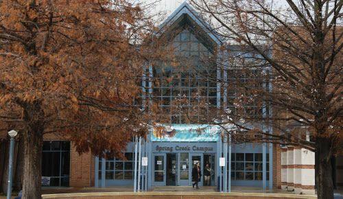 Estudiantes entran al edificio del campus de Collin College en Plano, Srudents walk on campus at Collin College in Plano, Texas, photographed on Thursday, December 13, 2018. (Louis DeLuca/DMN)