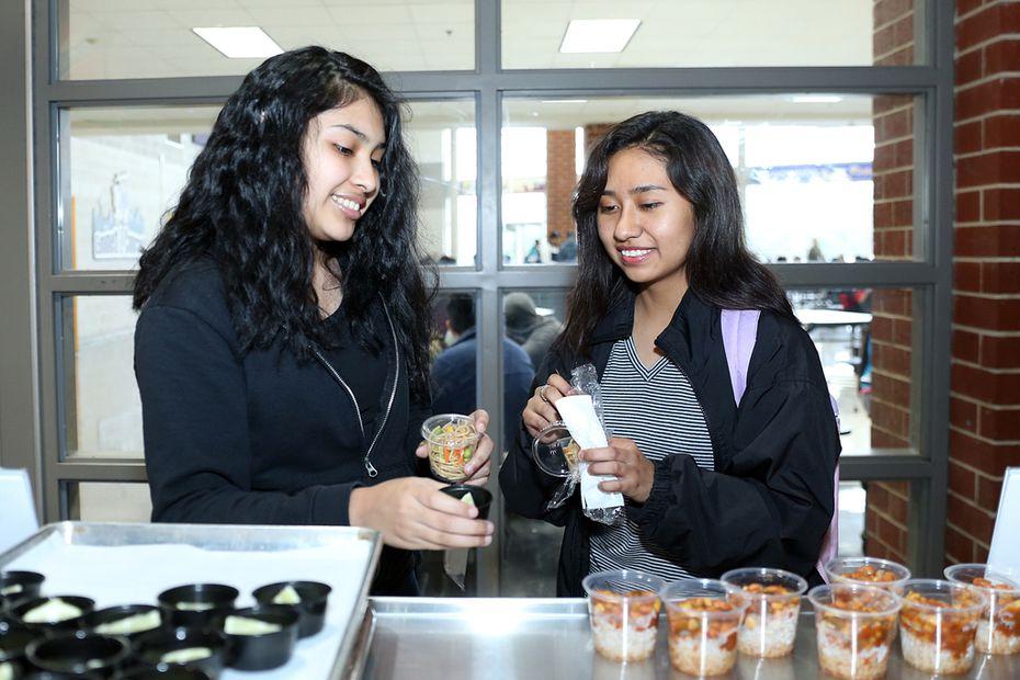 Daisy Hernández (izq.) y Ashley Sánchez probaron algunas de las opciones del menú vegetariano que el DISD estrenó en la preparatoria Conrad.