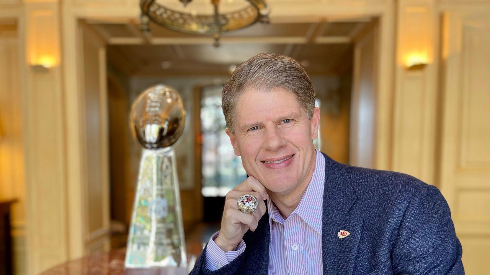 Clark Hunt con su anillo de ganador del Super Bowl de la temporada 2019 em su casa de Highland Park in 2021.