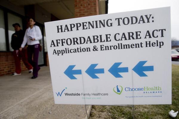 Un cartel con orientación de una oficina para inscribirse en el plan de Salud Asequible, conocido como Obamacare.