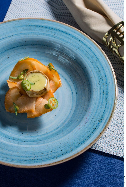 Las tapas de salmón, alcachofa y alioli de eneldo se pueden lograr al limpiar las alcachofas cuidadosamente quitando las hojas externas. Remojarlas en agua con jugo de limón. Hervir durante 45 minutos.