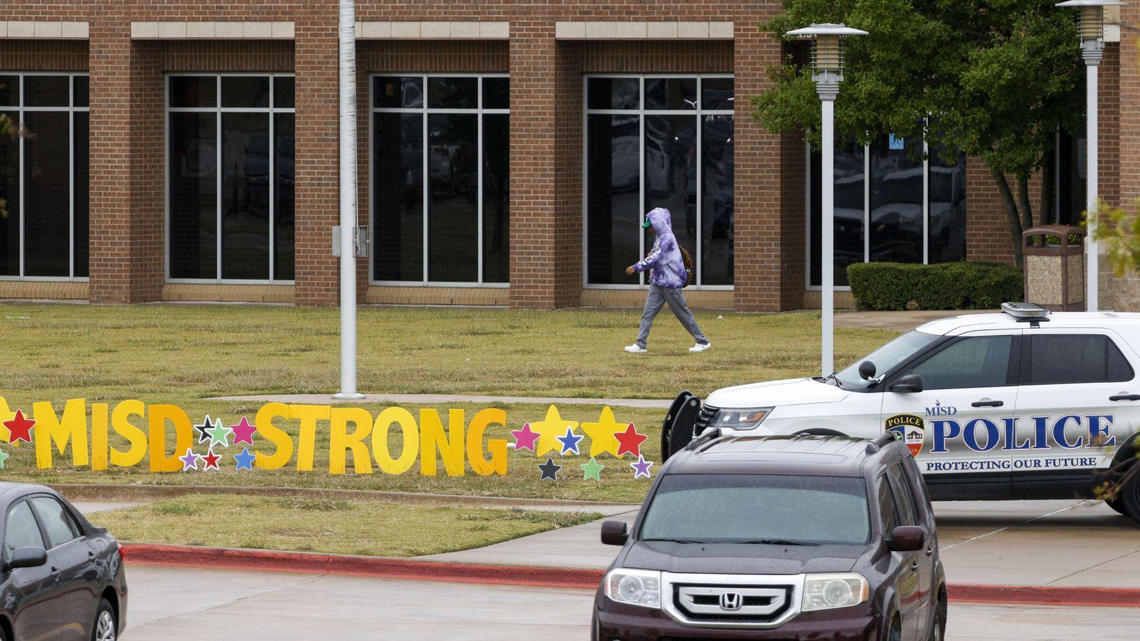 El maestro Calvin Pettitt recibió un disparo después de que intentará separar la pelea entre dos estudiantes de la preparatoria de Timberview.