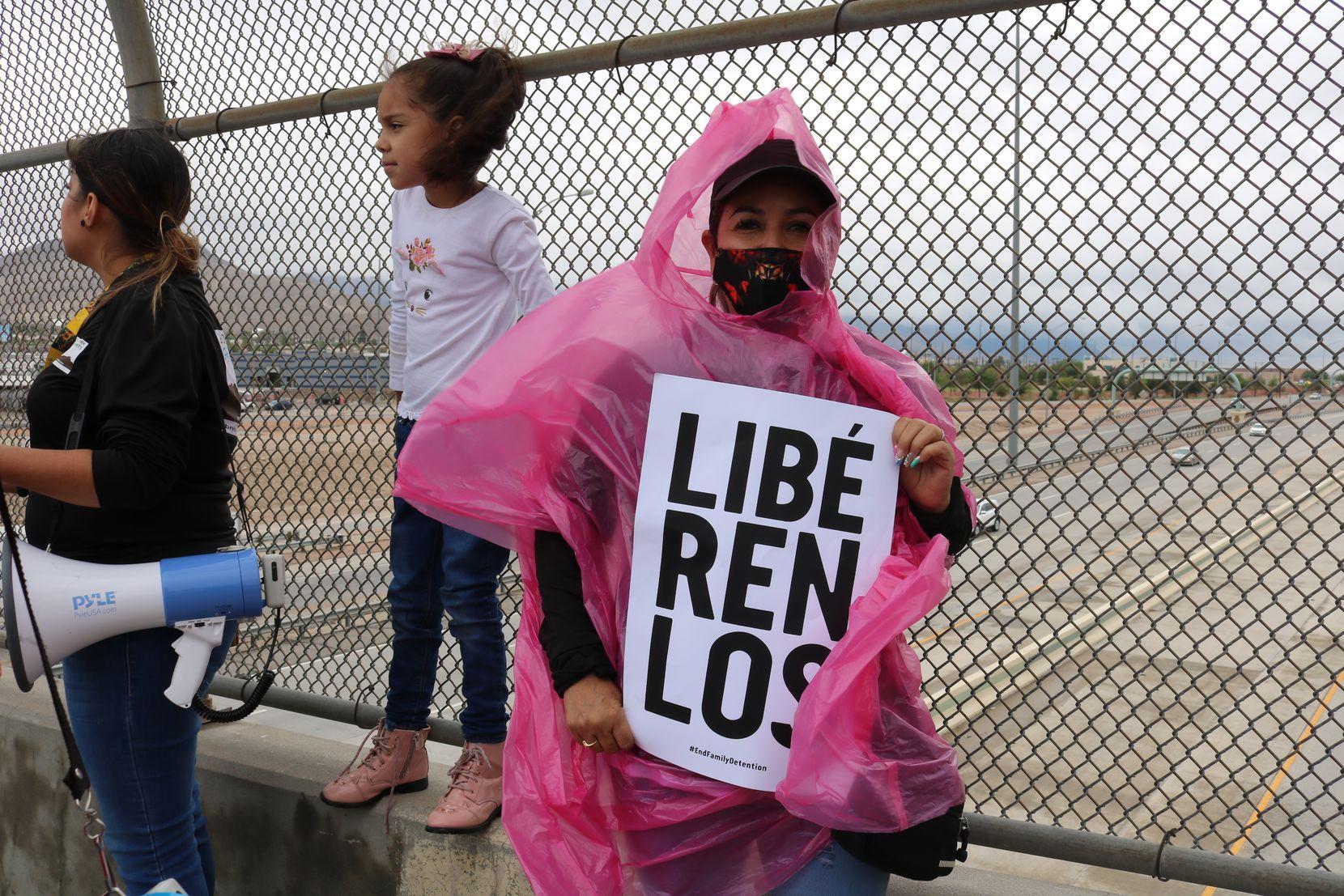 Lourdes Vázquez, de 55 años, sostiene una pancarta en una manifestación del grupo Border Network for Human Rigths (BNHR) para pedir la liberación de menores migrantes que se encuentran retenidos en Fort Bliss, en El Paso, Texas. Aun lado se encuentra, Dulce Carlos, de 29 años, sosteniendo un megáfono en compañía de su hija Myriam Chavarría, de 7 años.