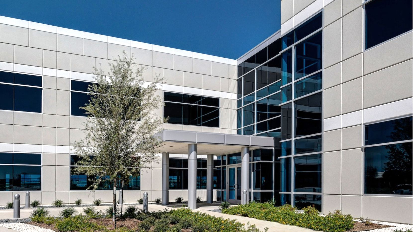 IT services firm Cognizant will bring hundreds of workers to the Dominion Legacy office center in Plano.