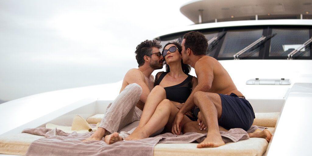 """Osvaldo Benavides, de izquierda a derecha, Gabriela de la Garza y Marcus Ornelas en una escena de """"Monarca"""" en una imagen proporcionada por Netflix. La segunda temporada de """"Monarca"""" se estrena el 1 de enero de 2021."""