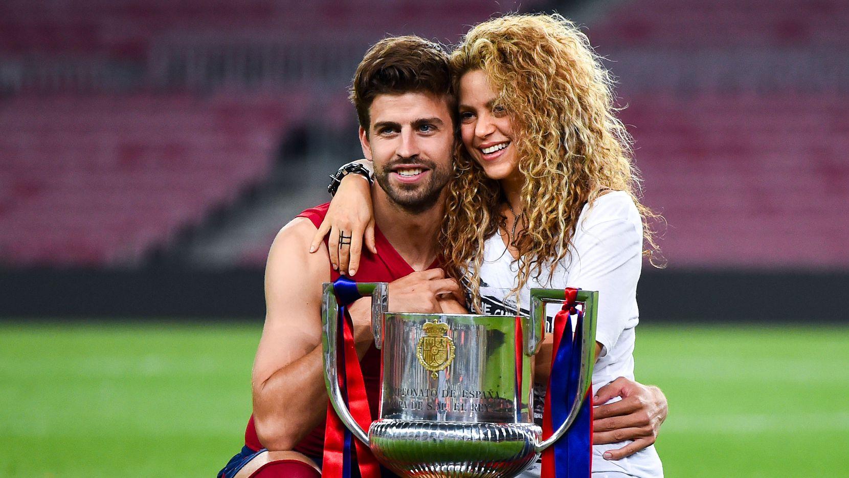 Gerard Piqué del FC Barcelona y Shakira posan con el trofeo después de que el Barcelona ganó la final de la Copa del Rey contra el Athletic Club en el Camp Nou, el 30 de mayo de 2015 en Barcelona, España. (Foto de David Ramos / Getty Images)