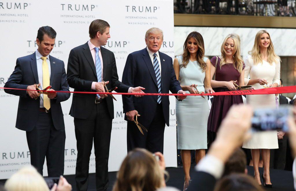 De izquierda a derecha Donald Trump Jr., Eric Trump, Trump, Melania Trump, Tiffany Trump and Ivanka Trump. AP