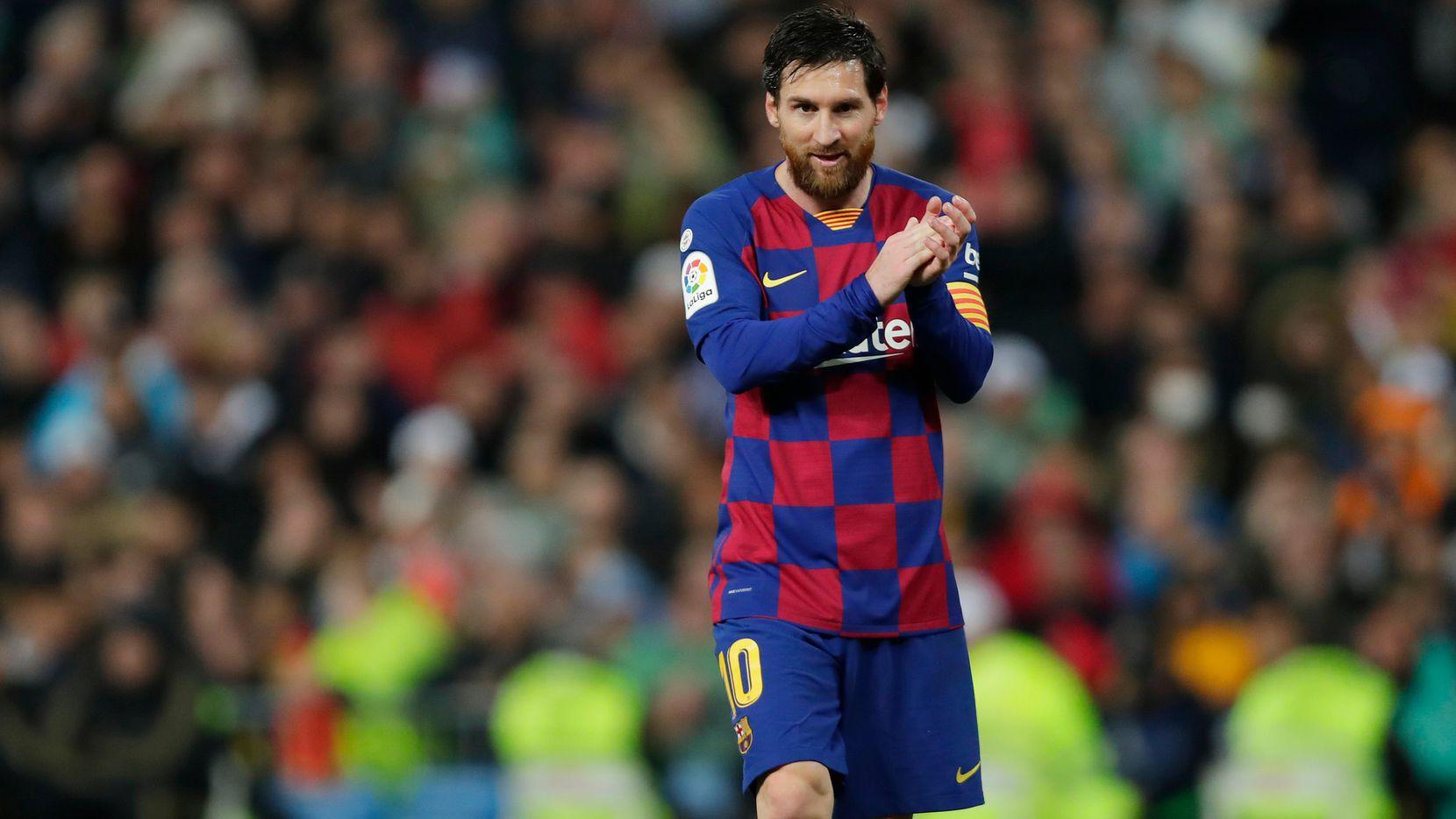 El jugador del Club Barcelona, Lionel Messi,  muestra compromiso moral con la ciudad de Barcelona y con su país natal, Argentina.