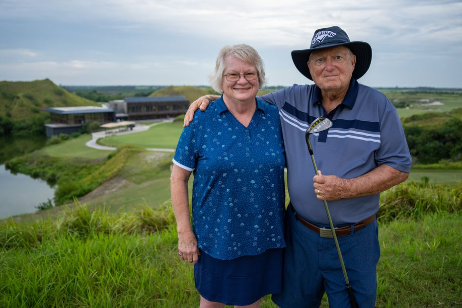 Doug Bolls and his wife, Sherry, pose with his Callaway wedge at Streamsong Blue in Bowling Green, Florida, on Sept. 16, 2021, to mark his playing his 1000th different golf course.