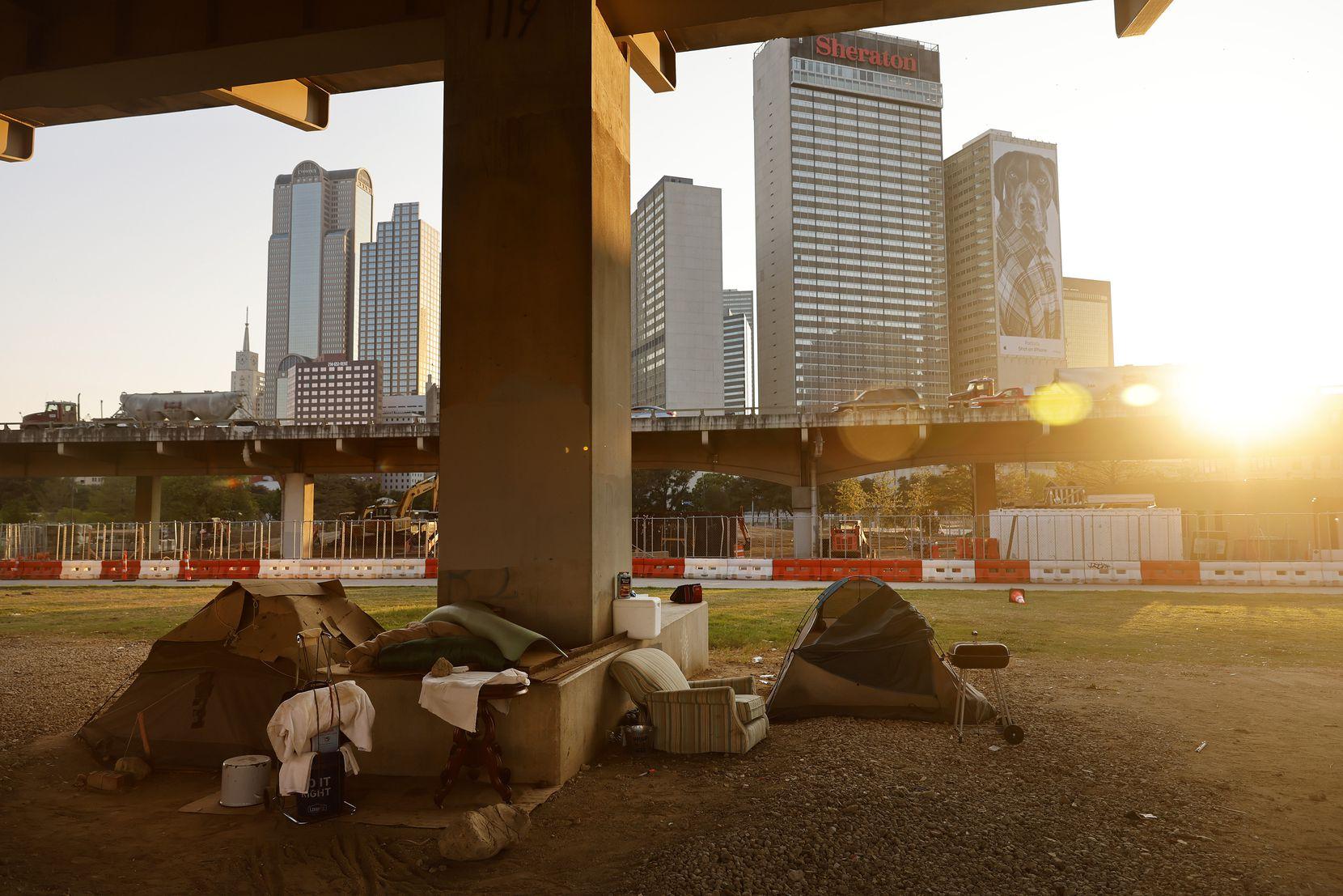 Un campamento de indigentes bajo un puente de la autopista I-345 en el centro de Dallas, el jueves 26 de agosto de 2021.