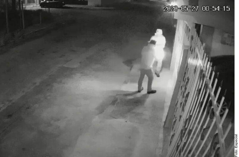 Una cámara de seguridad captó el momento del ataque contra la vivienda de una enfermera en Mérida.