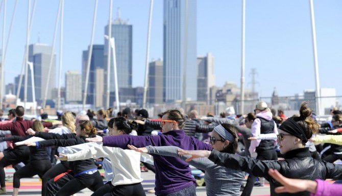 El sábado se buscará romper un récord Guiness con participantes de yoga en el puente Margaret Hunt Hill. (DMN/ARCHIVO)