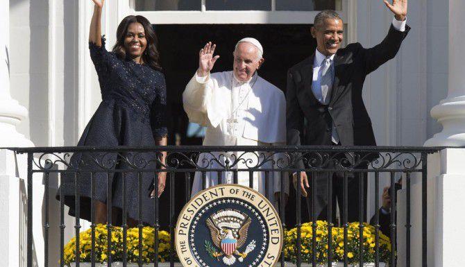 Michelle Obama, el papa Francisco y Barack Obama saludan a una multitud desde la Casa Blanca. (AFP/GETTY IMAGES/JIM WATSON)