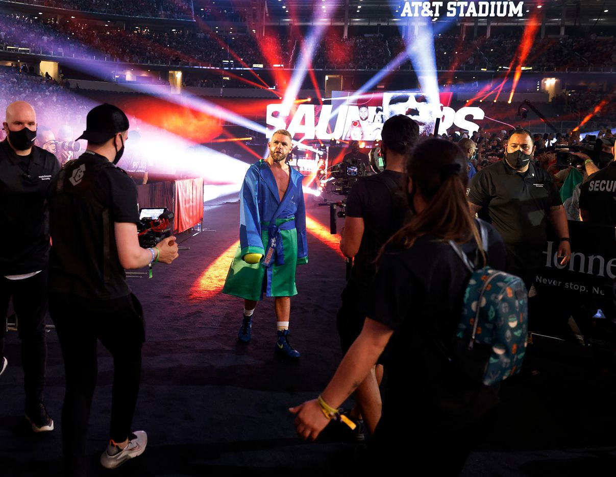 Boxers Billy Joe Saunders struts to the ring as he's introduced before the Canelo Alvarez unified super middleweight title fight at AT&T Stadium in Arlington, Saturday, May 8, 2021. (Tom Fox/The Dallas Morning News)