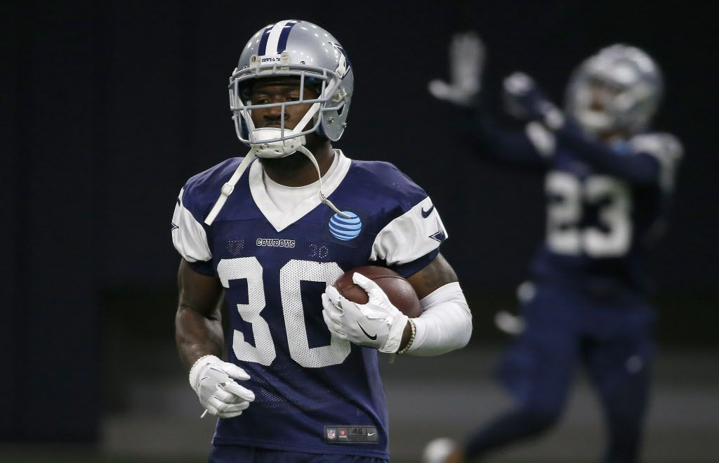 El esquinero de los Cowboys de Dallas, Anthony Brown, durante una práctica del equipo en The Star de Frisco, el 3 de noviembre de 2016.
