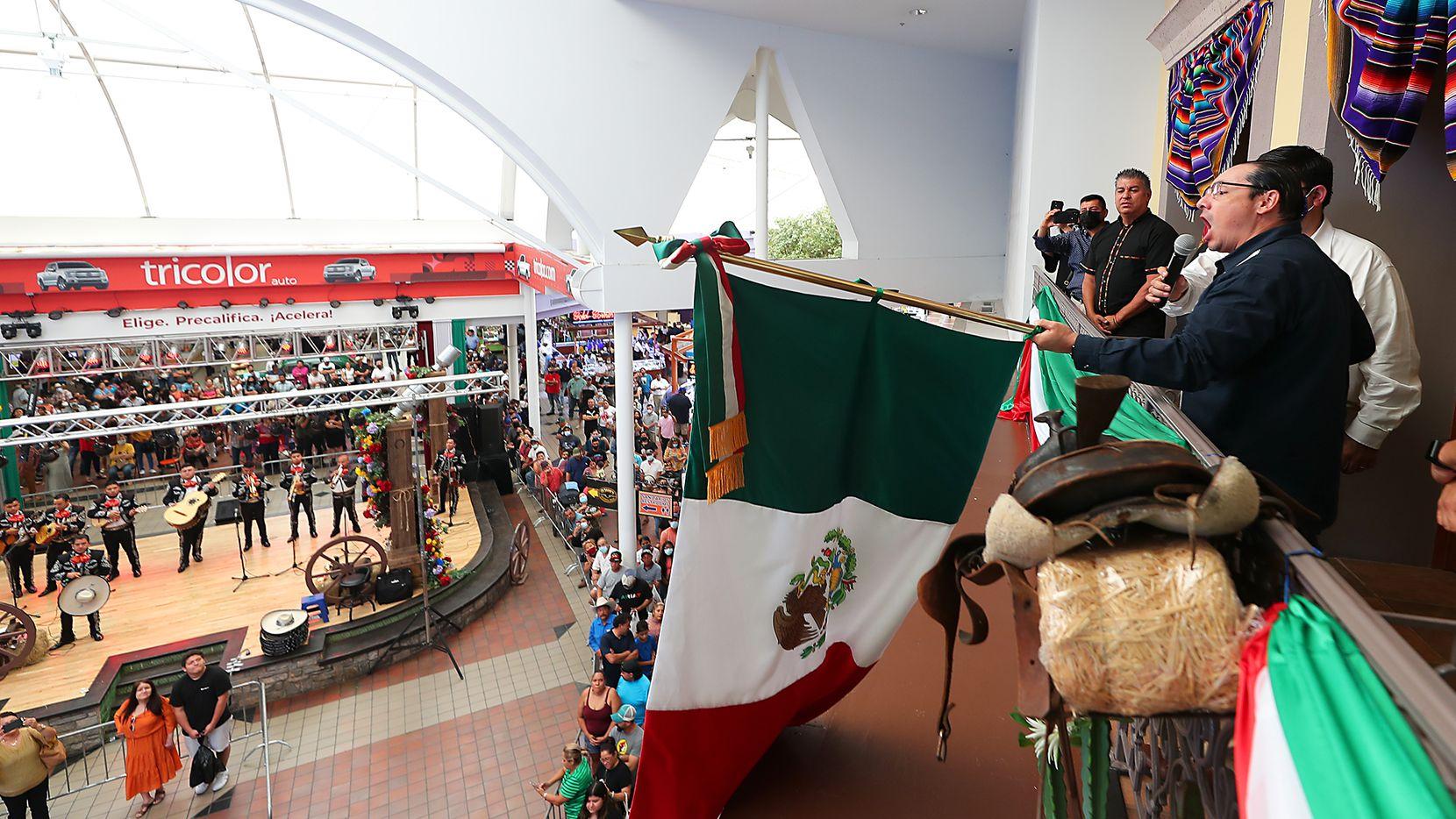 El cónsul de México en Dallas, Francisco de la Torre participó de los festejos de El Grito en el Centro Comercial la Gran Plaza, en Fort Worth, el domingo