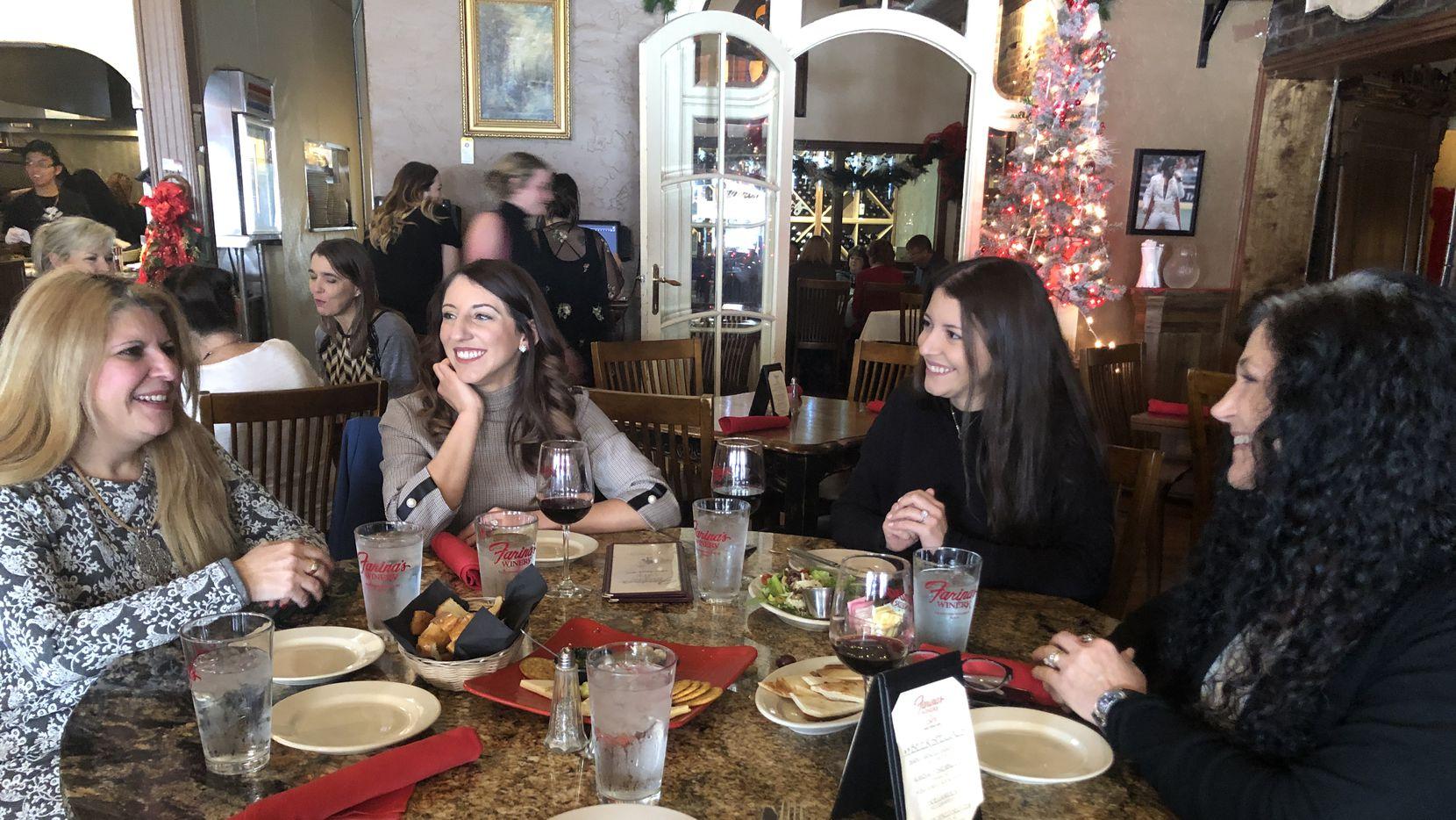 Isabel Pires (izq.) en una reunión con compatriotas en diciembre en un restaurante de Grapevine