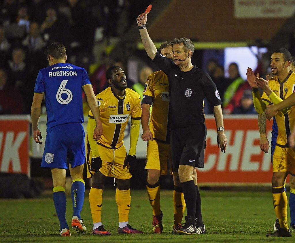 El holandés Marco van Basten busca agregar una tarjeta naranja que suspenda al jugador por algunos minutos de juego. Foto GETTY IMAGES