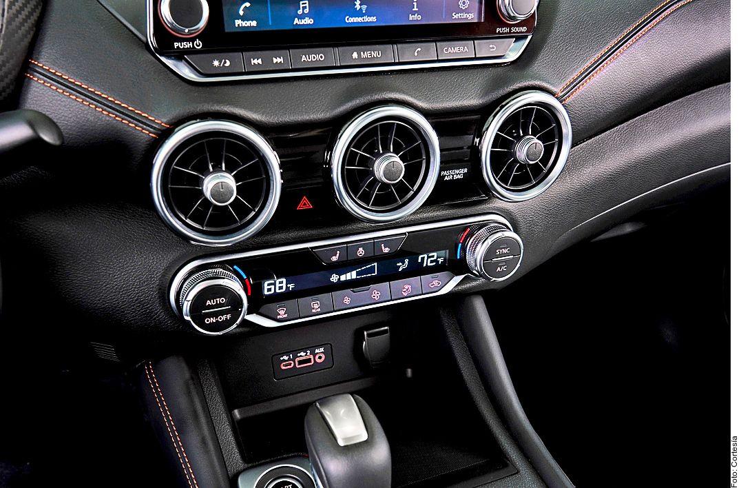 Al interior del Nissan Sentra, las ventilas centrales están inspiradas en el deportivo de la marca, el GTR. Se complementa con una pantalla compatible con Apple CarPlay y Android Auto.