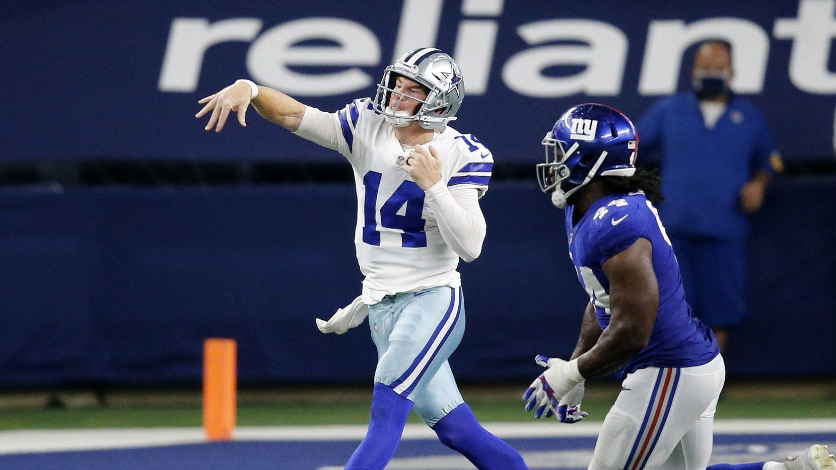 El mariscal de los Dallas Cowboys, Andy Dalton (14), lanza un pase en el juego contra los NTY Giants, el 11 de octubre de 2020 en el AT&T Stadium de Arlington.