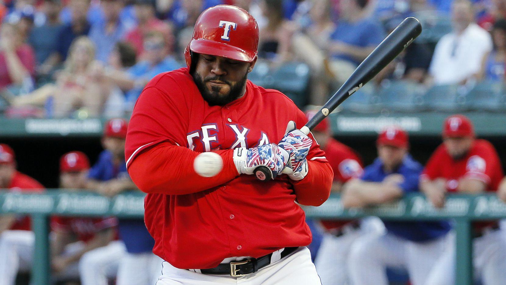 El pelotero Prince Fielder fue golpeado por un lanzamiento en el partido de los Rangers de Tecas ante los Twins de Minnesota, el 7 de julio.