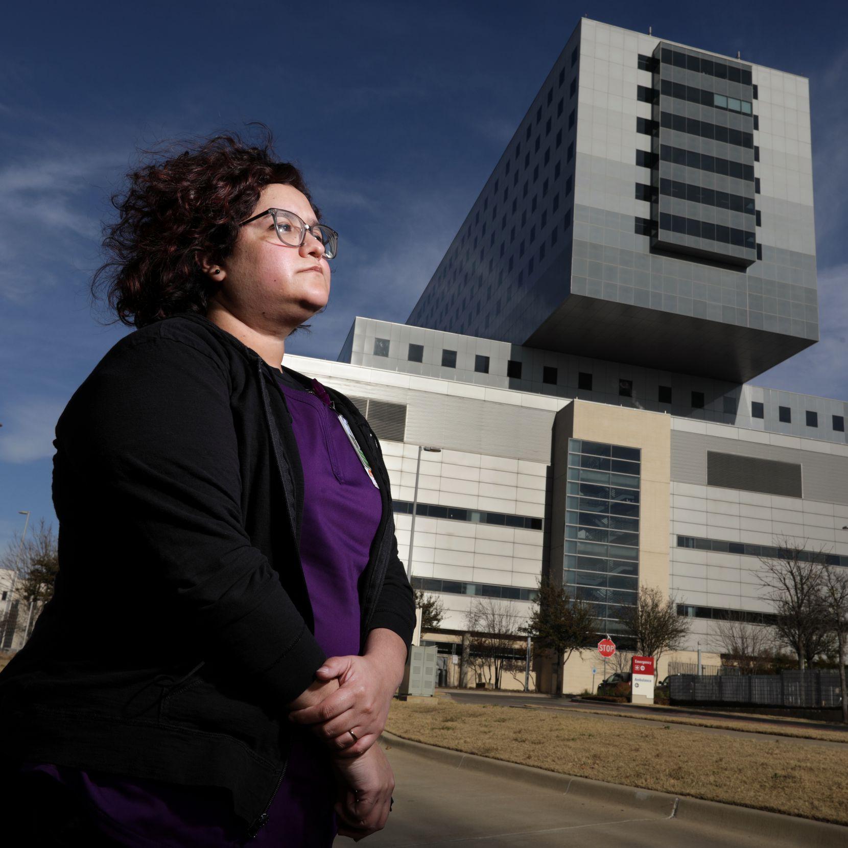 Alejandra Hernández traduce al inglés para pacientes que solo hablan español. La pandemia reafirmó su compromiso con la salud, dijo la traductora del Hospital Parkland.