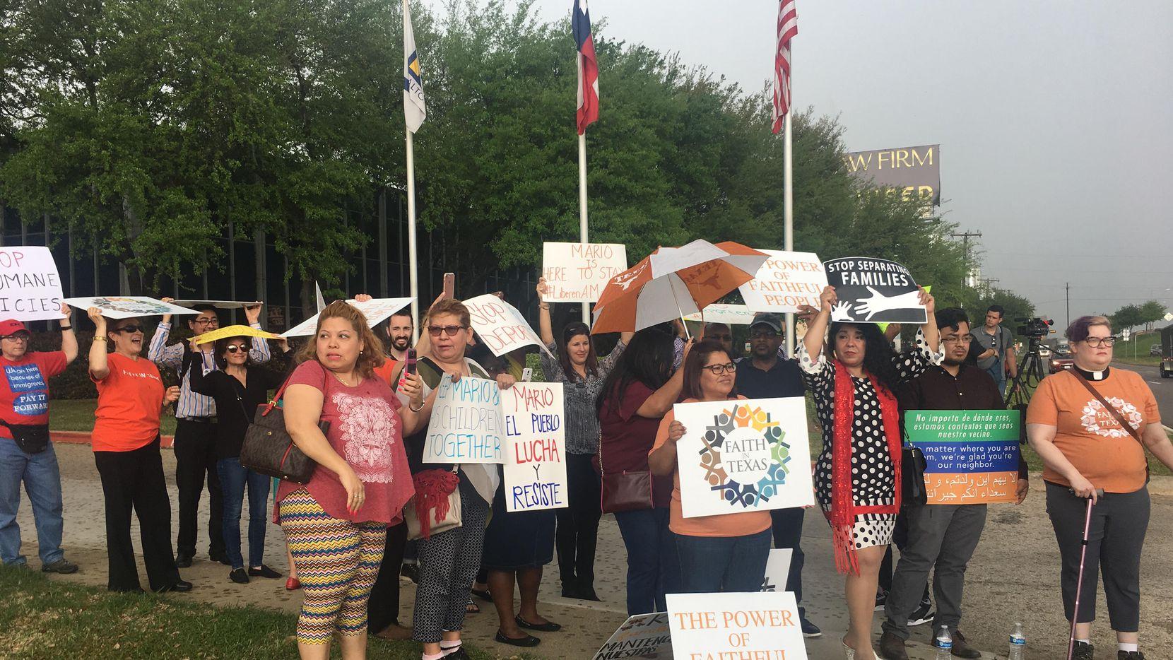 Activistas de Faith in Texas y Raíces protestaron al pie de la sede de ICE en Dallas para evitar la deportación de Mario Amaya, un salvadoreño que fue arrestado cuando visitaba a un familiar. JENNY MANRIQUE/AL DÍA