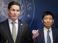 El juez del condado de Dallas, Clay Jenkins, y el director de los Servicios Humanos y de Salud, Philip Huang.