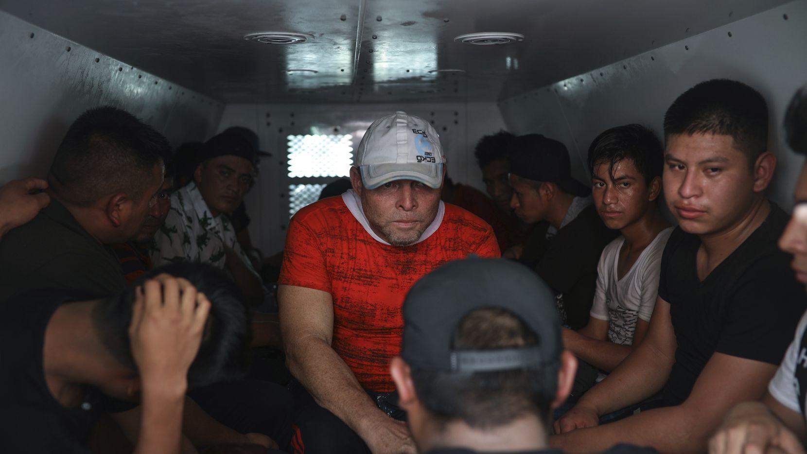 En esta foto del 26 de noviembre de 2019, migrantes permanecen dentro de una camioneta del Instituto Nacional de Migración después de que fueron localizados en la caja de un camión de carga con otros centroamericanos en un puesto de control en Medellín de Bravo, en el estado mexicano de Veracruz.